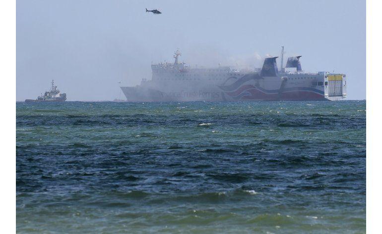 Remolcan transbordador incendiado a la bahía de San Juan