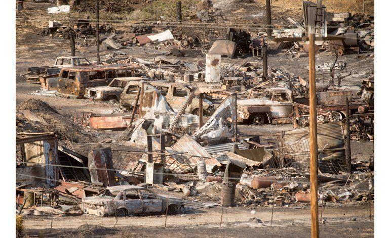 Equipos evalúan magnitud de daños por incendio en California