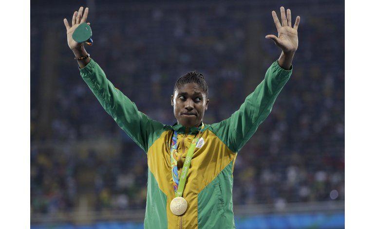 Sudafricana Semenya gana oro en 800 metros y aviva polémica