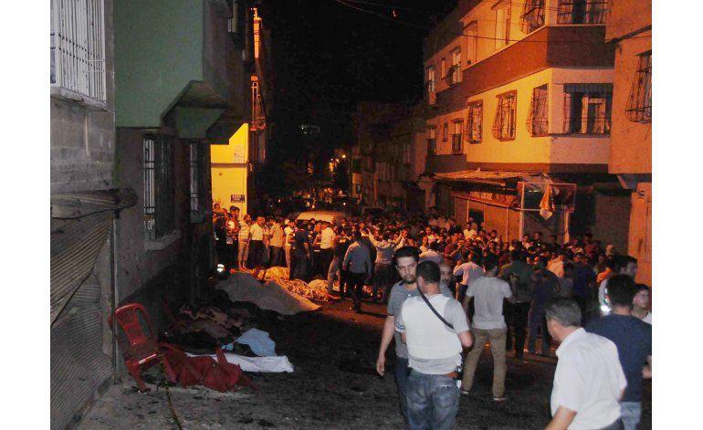 Niño suicida detona bomba en boda turca; 51 muertos