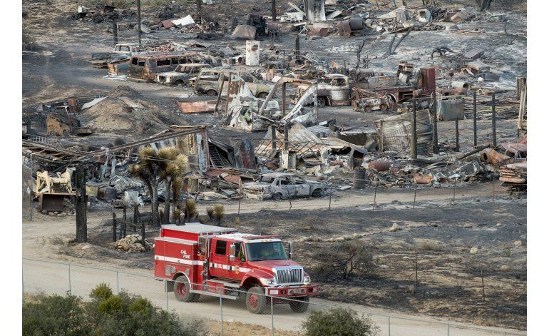 Regresan miles de evacuados por incendio en California