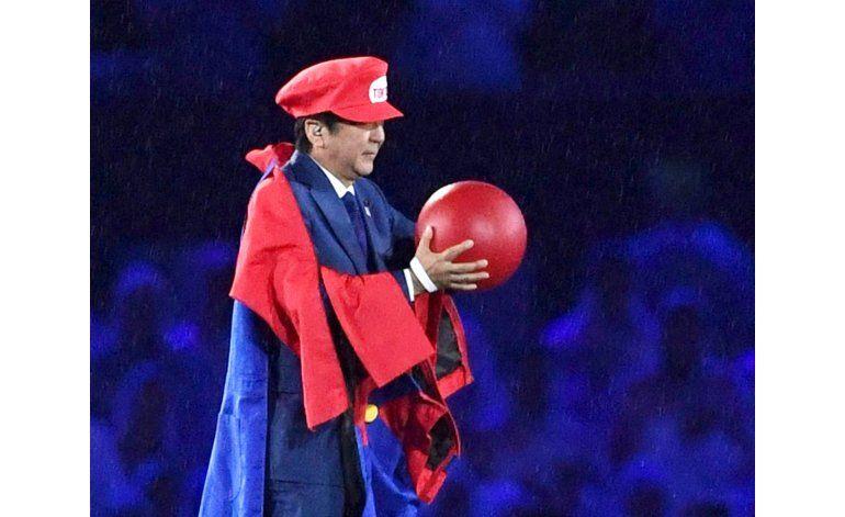 Primer ministro nipón sorprende a Río vestido de Super Mario