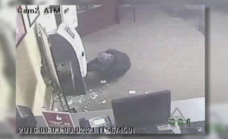Captado en cámara: Roban miles de dólares de un cajero automático