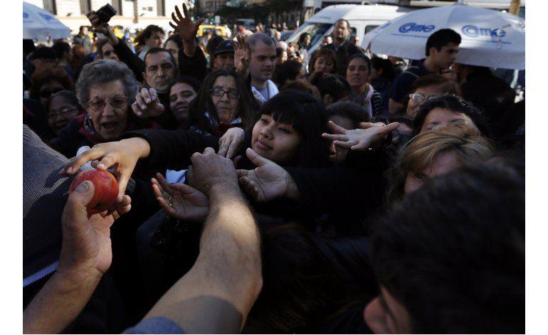 Argentina: Productores regalan fruta en protesta