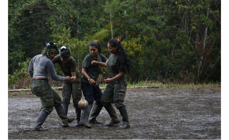 Las FARC se relajan, juegan soccer al acercarse la paz