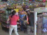 dos hombres armados aterrorizaron a clientes y empleados en un family dollar