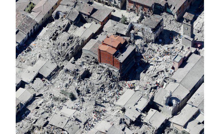 Rescatistas buscan sobrevivientes en Italia, hay 250 muertos