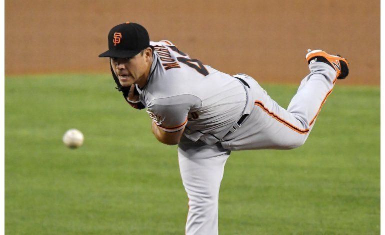 Moore queda al borde de cero hits, Gigantes ganan a Dodgers