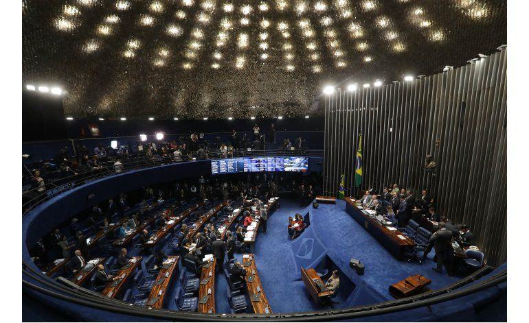Gritos y caos interrumpen juicio contra presidenta de Brasil