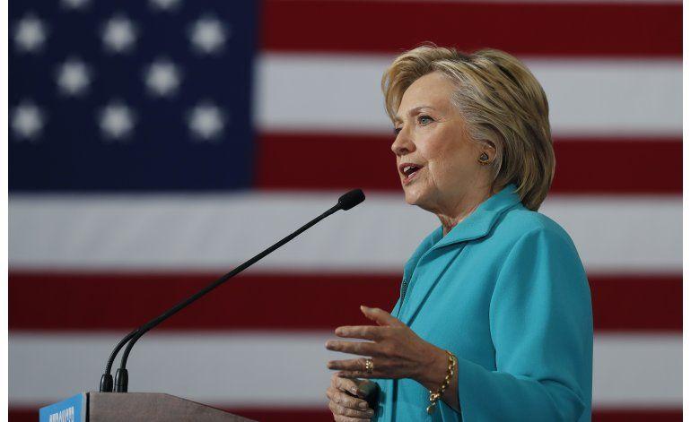 Clinton dice haber dejado las controversias; Trump lo niega