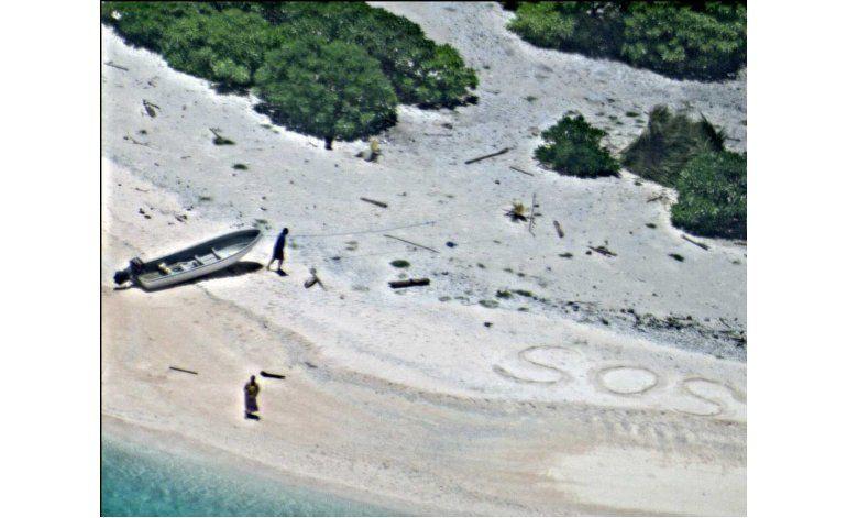 Rescatados dos marineros que escribieron SOS en una playa