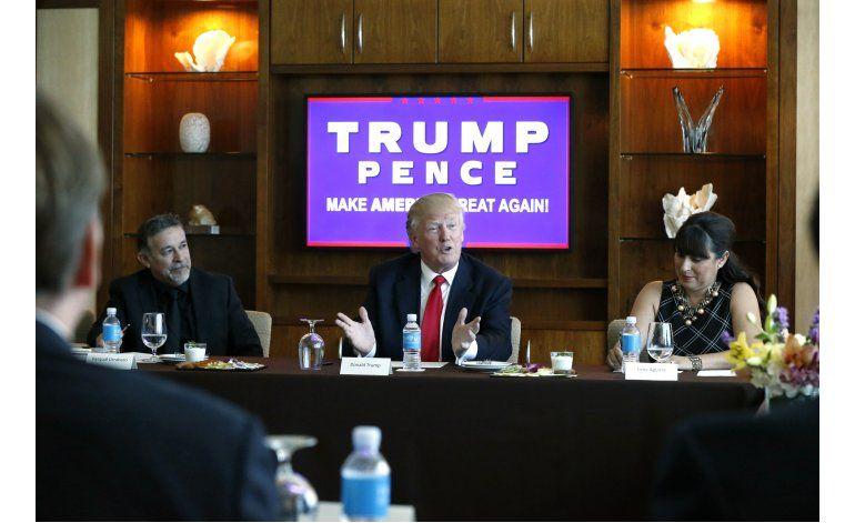 Trump corteja a latinos, Clinton le vincula con radicales