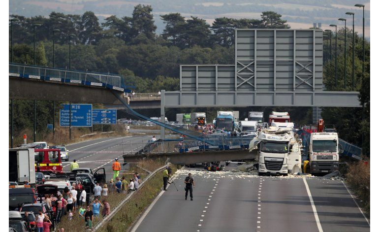 Se derrumba puente en Gran Bretaña, causando el caos