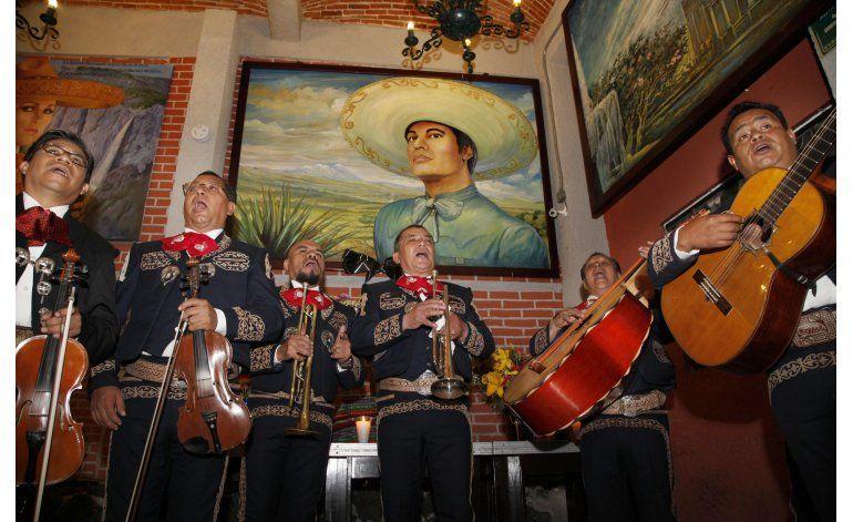 México canta a Juan Gabriel junto a su estatua en Garibaldi
