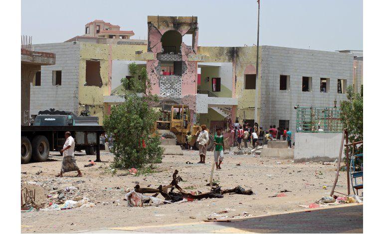 Ataque suicida del Estado Islámico mata a 54 en Yemen