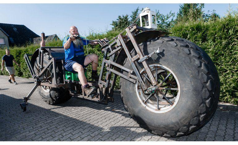 Alemán busca récord mundial de pedaleo: bici de una tonelada