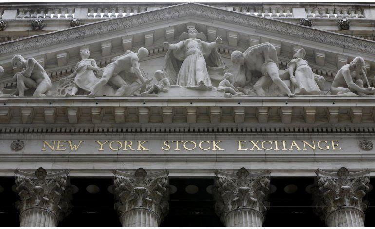 Cierra Wall Street ligeramente a la baja