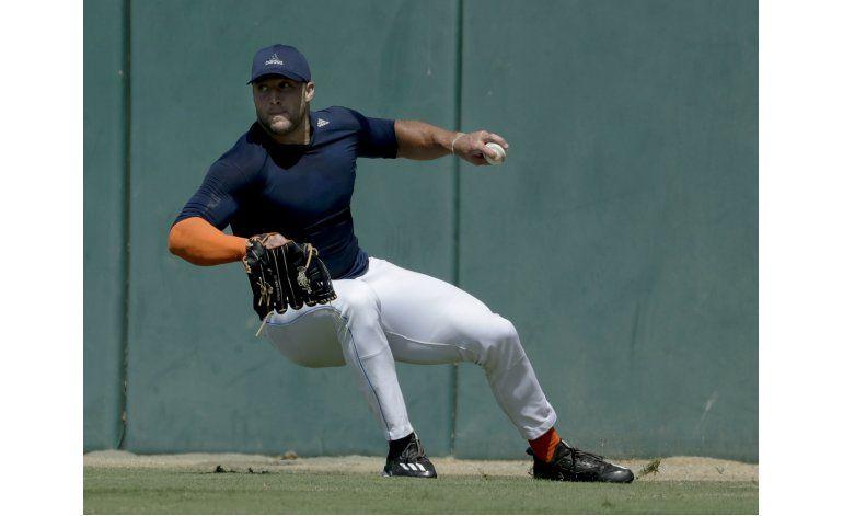 Tebow muestra talento en práctica de béisbol