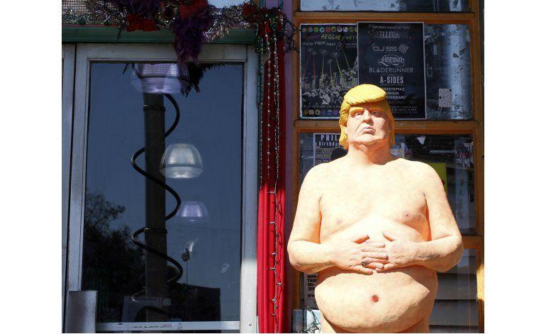 Subastan estatua de Trump desnudo