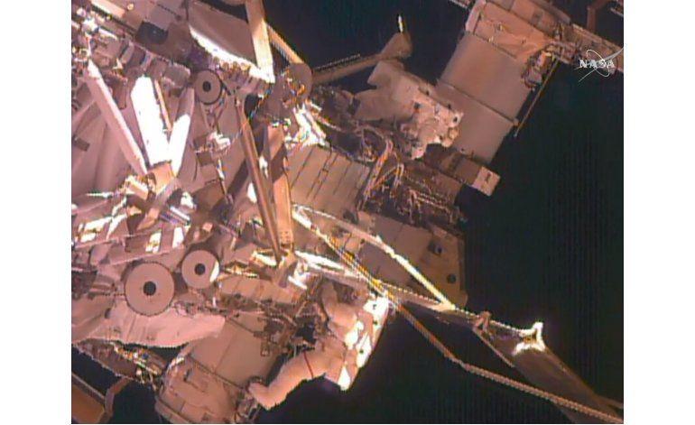 Astronautas realizan trabajos afuera de Estación Espacial