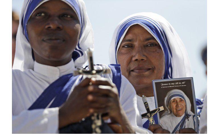 Papa elogia a voluntarios, insta a superar la indiferencia