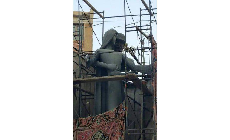 Escultura parece mostrar acercamiento sexual no bienvenido