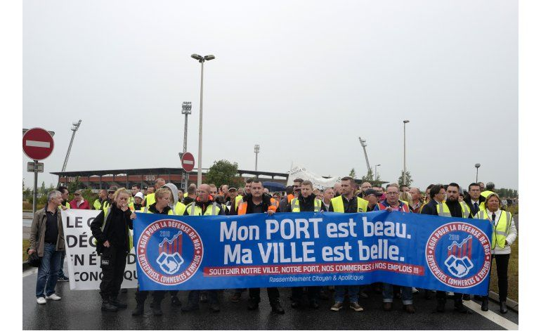 Camioneros bloquean Calais, piden el cierre de La Jungla
