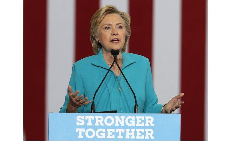 Trump se suaviza en migración; Clinton critica ida a México