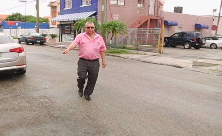Delincuentes le roban el auto a un anciano
