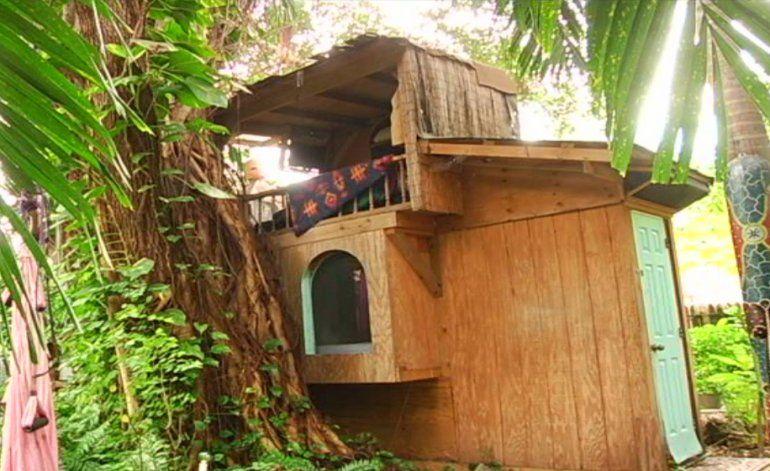 Condado Miami Dade se enfrenta a una mujer que lleva 25 años viviendo en una casa en un árbol