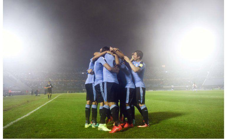 Uruguay golea 4-0 a Paraguay en gran noche de Luis Suárez