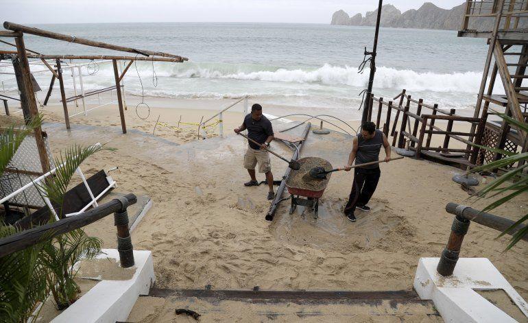 Newton toca tierra en México, se reduce a tormenta tropical