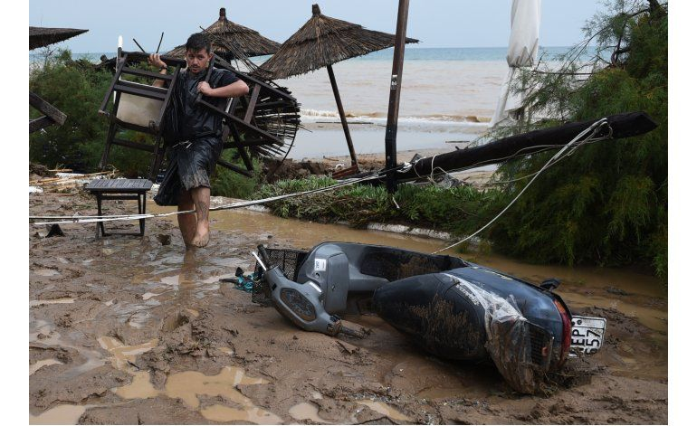 Cuatro muertos y una desaparecida por inundaciones en Grecia