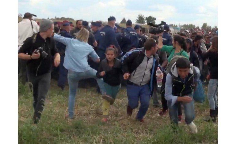 Acusan a camarógrafa húngara que pateó a migrantes en 2015
