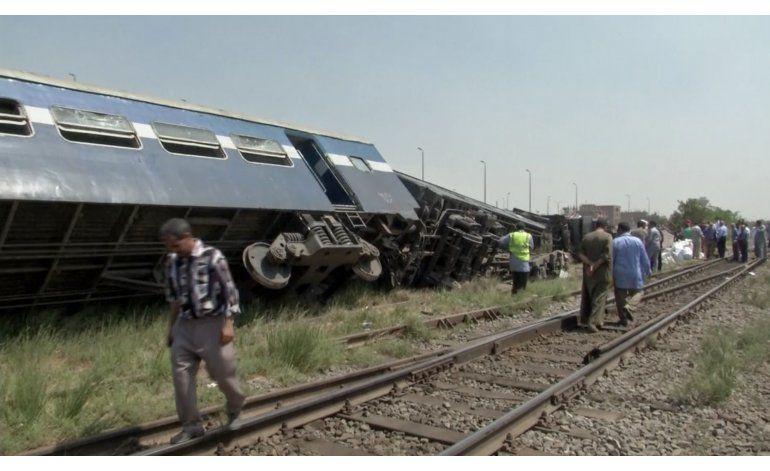 Mueren 5 personas al descarrilar un tren en Egipto