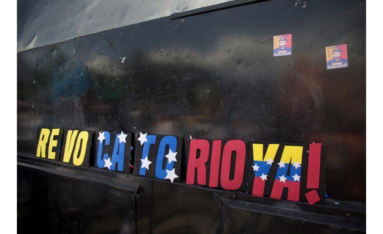 Opositores reclaman revocatorio contra Maduro