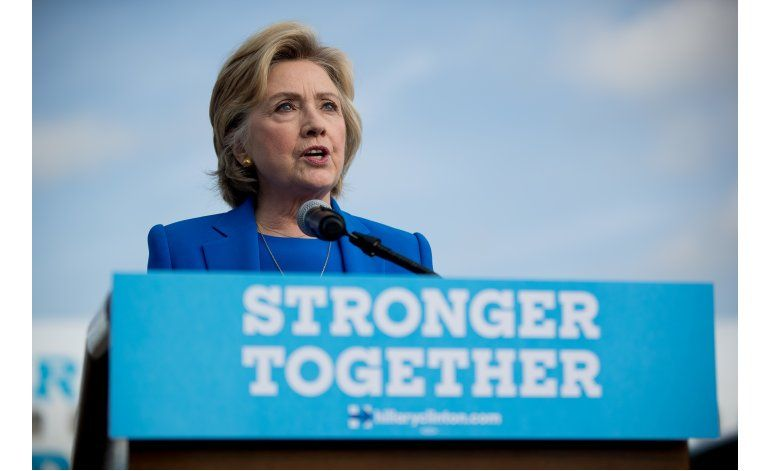 Clinton fustiga comentarios de Trump sobre generales