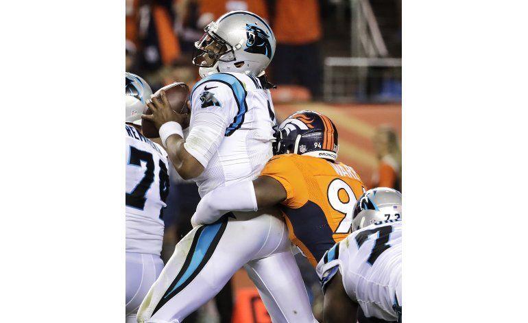 Broncos ganan 21-20 a Panthers en reedición del Super Bowl