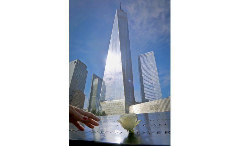 Clinton visita memorial del 11 de septiembre en aniversario