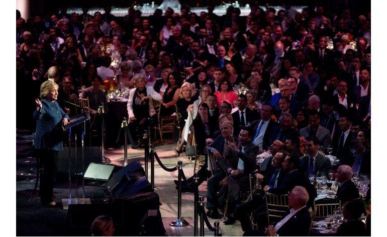 Streisand se burla de Trump con canción en acto de Clinton