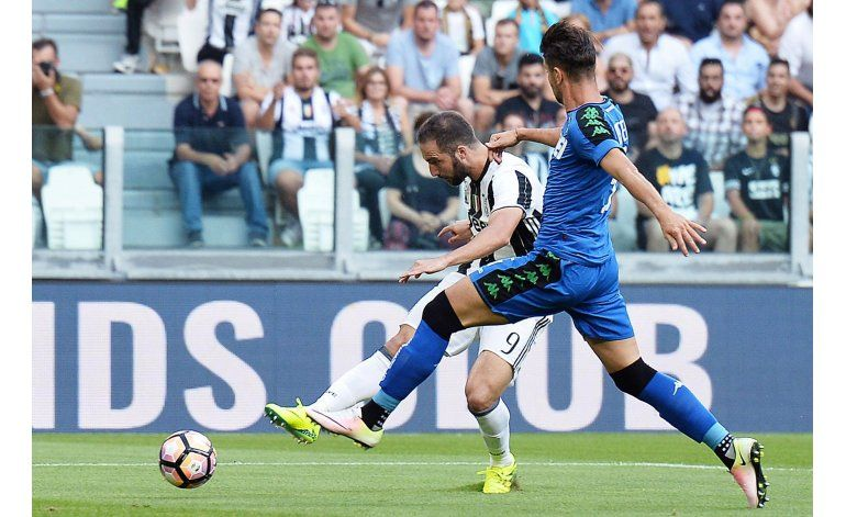 Higuaín y Pjanic lucen y anotan en su debut con la Juventus
