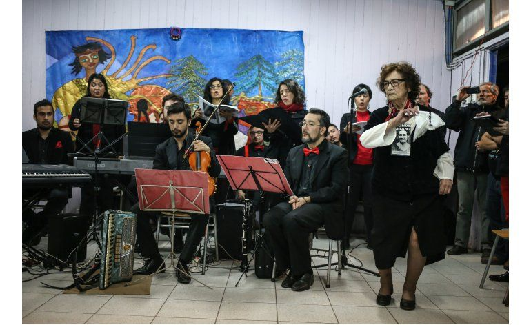 Ya octogenarias, siguen bailando la cueca sola en Chile
