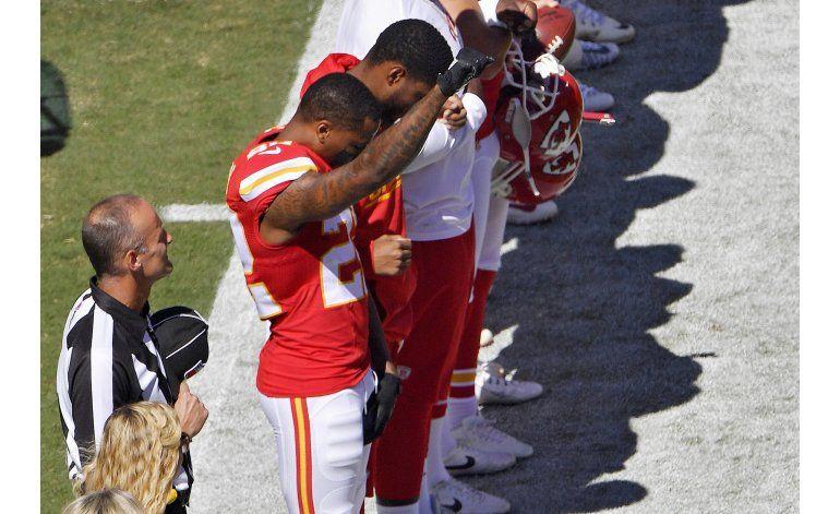 Un jugador de Chiefs y 4 de Dolphins protestan durante himno