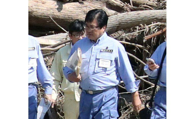 Critican a funcionario nipón por subirse a espalda de colega