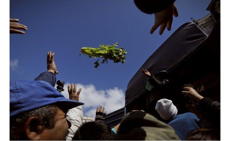 Agricultores argentinos regalan verdura a modo de protesta