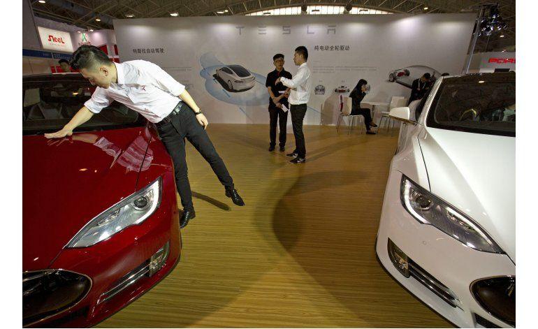 Investigan piloto automático de Tesla tras choque en China