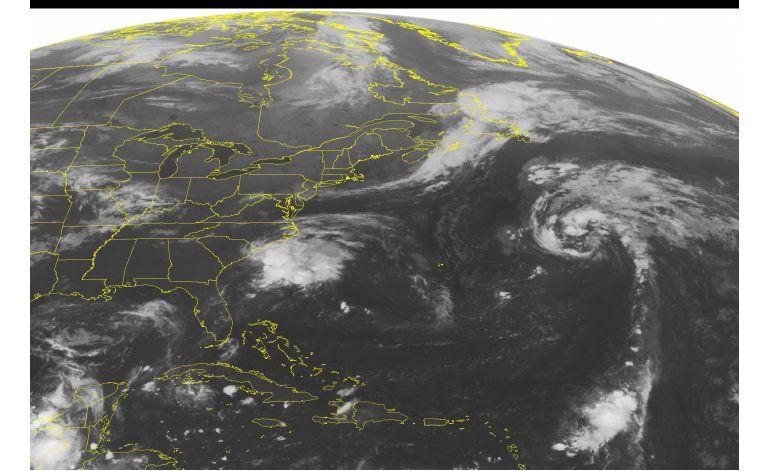 Julia se mantiene como tormenta tropical en la Costa Este