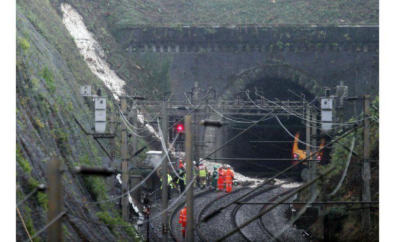 Descarrilamiento por lluvias deja 2 lesionados en Inglaterra