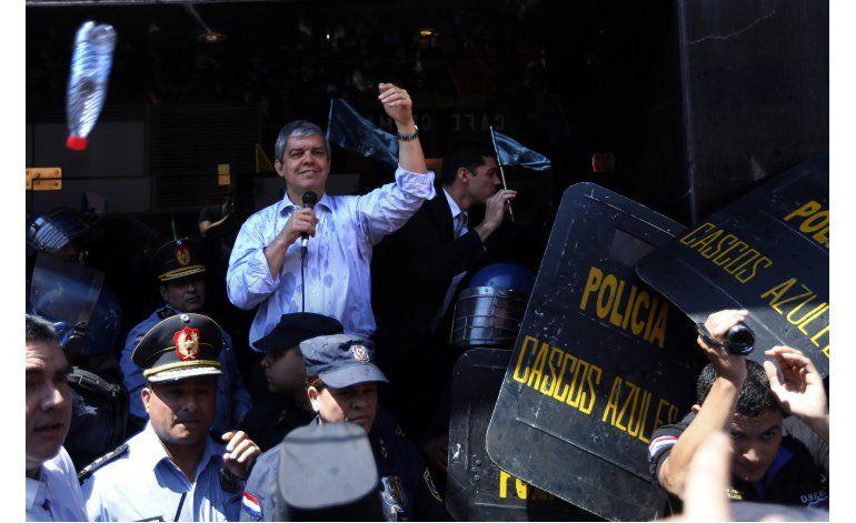 Paraguay: estudiantes lanzan botellas contra ministro