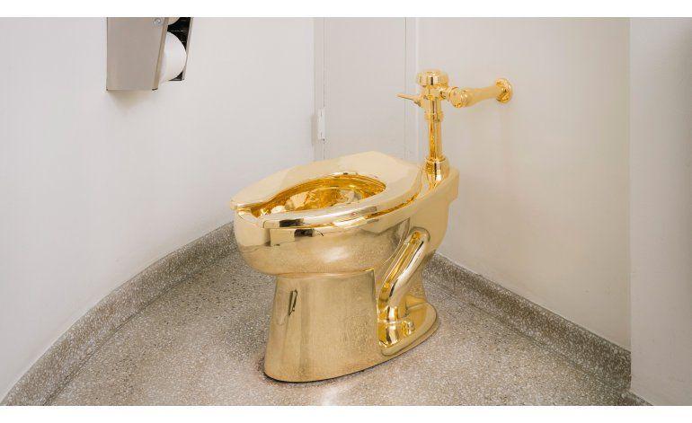 El Guggenheim invita a visitantes a usar retrete de oro